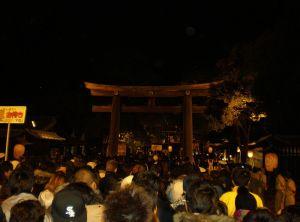 800px-Meiji_Shrine_Sando_and_Torii_New_Year_Worship