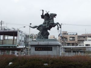 The statue of Nitta Yoshisada erected by the Meiji government.