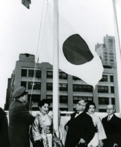 The hinomaru being raised in front of the United Nations Building in New York during Japan's admission to the UN in 1957.