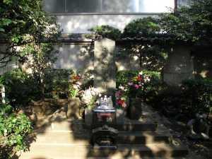 Kubizuka, the monument to the head of Taira no Masakado. It's located in Otemachi in Tokyo.
