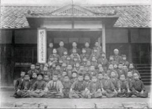 An elementary school class in Kudoyama City in Wakayama Prefecture during the Meiji Era. Courtesy of Wakayama Prefecture.