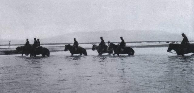 japanese_cavalries_crossing_the_yalu_river_2