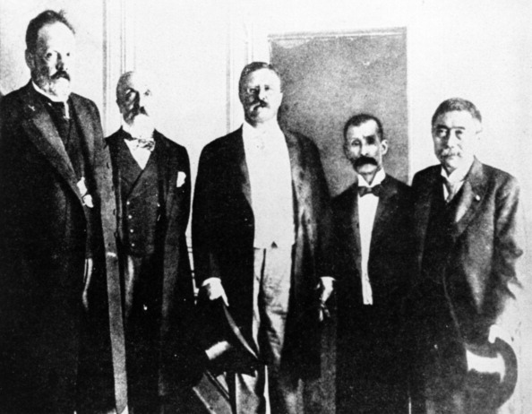 Count sergei yulyevich witte (left) with theodore roosevelt (center) in 1905.